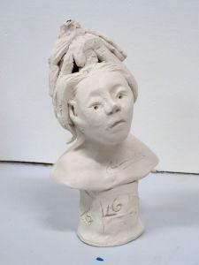Figure féminine avec coiffe