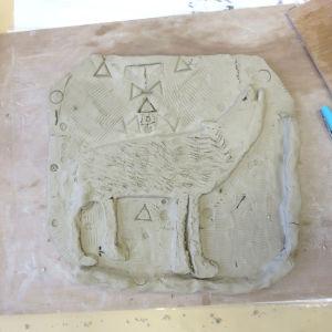 Bas-relief représentant un loup qui hurle