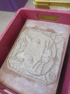 Transport des bas-reliefs en argile