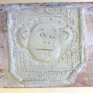 Tête de singe modelée par un enfant