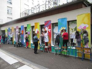 Les parents ont aidé les enfants à peindre la fresque