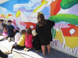 Fresque colorée peinte par les enfants