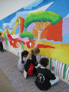Les enfants décorent leur cour d'école