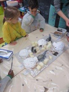 Les enfants créent une oeuvre collective