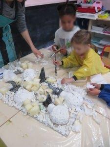 Les enfants participent à une oeuvre collective